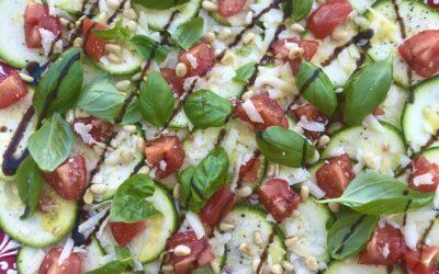 Courgette tomaat basilicum salade