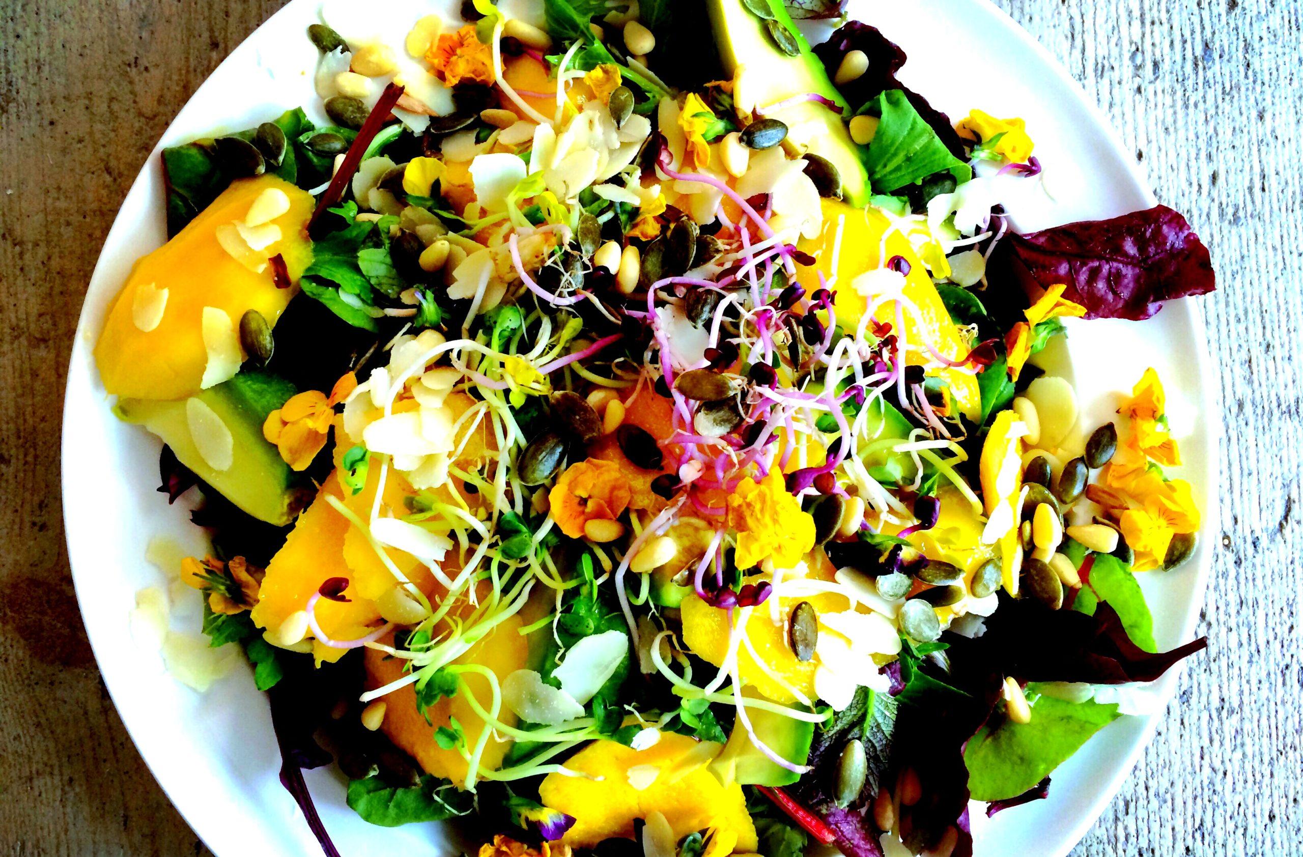 Zomerse mango-avocado salade
