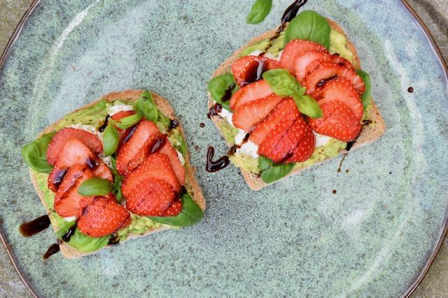 avocado mozzarella aardbeien lunch